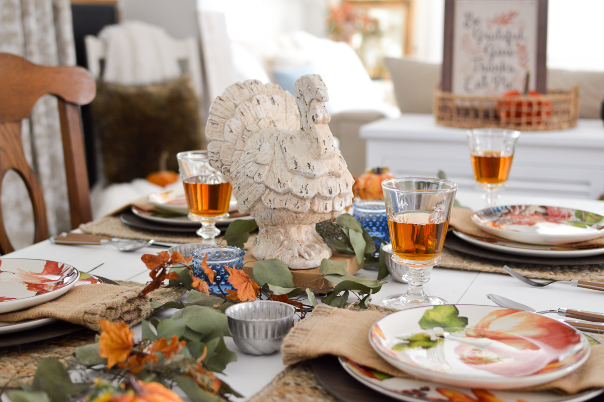 Budget and Beginner Friendly Thanksgiving Table | Turkey centerpiece tablescape