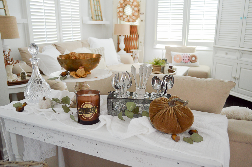 Easy Fall Dining Room Decorating Ideas - Makeshift serving buffet with a DIY pallet wood table.